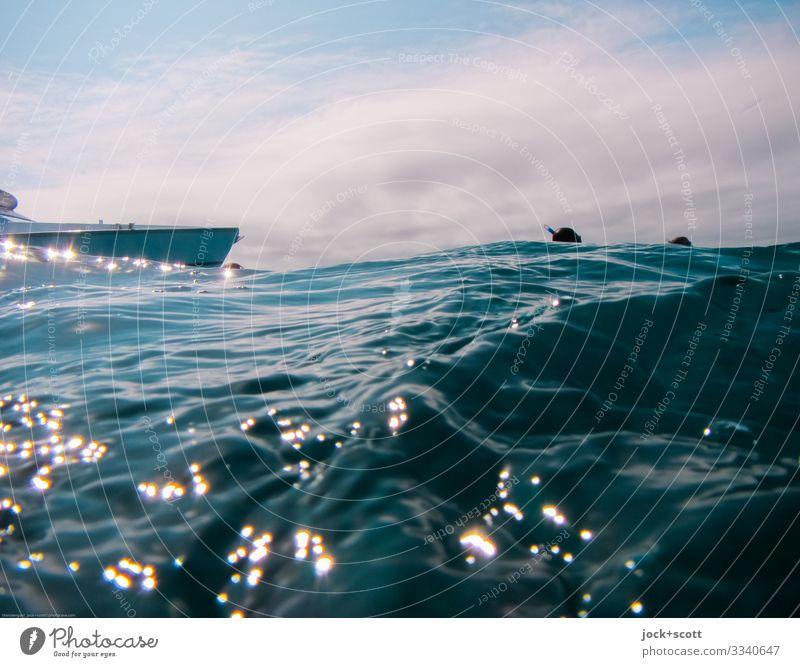 Welle und Woge Himmel Natur blau Wasser Meer Ferne Wärme Bewegung Schwimmen & Baden Stimmung Ausflug authentisch Beginn Schönes Wetter Neugier Unendlichkeit