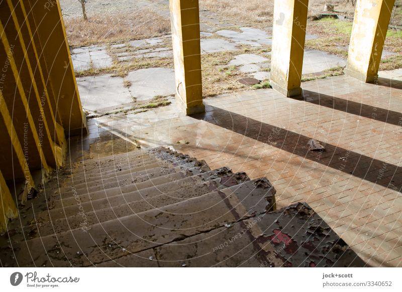 Treppe, Abstieg am Morgen Platz Militärgebäude Säule Steinboden Streifen diagonal historisch Inspiration Nostalgie Symmetrie Verfall Vergänglichkeit lost places