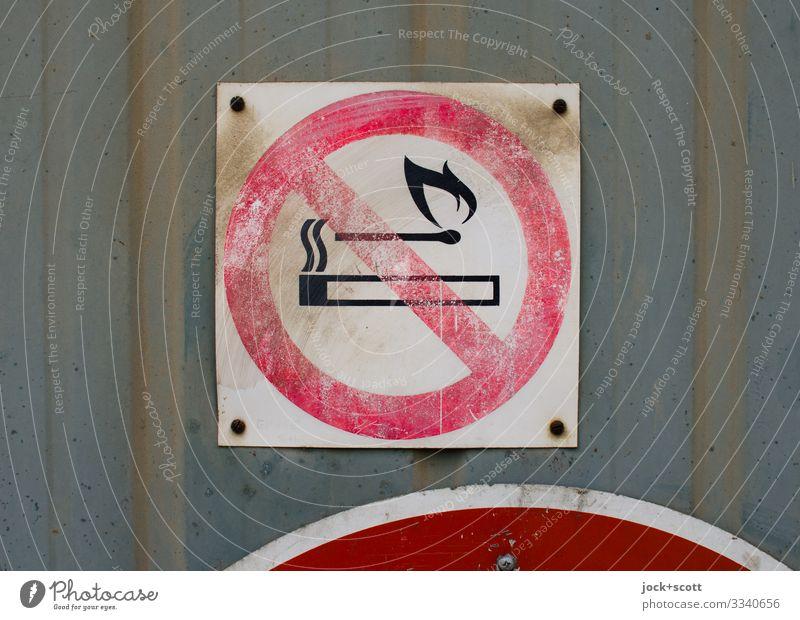 Verbot von Feuer DDR Berlin-Mitte Tor Metall Kunststoff Zeichen Hinweisschild Warnschild Verbotsschild Rauchen verboten Kreis Quadrat alt authentisch dreckig