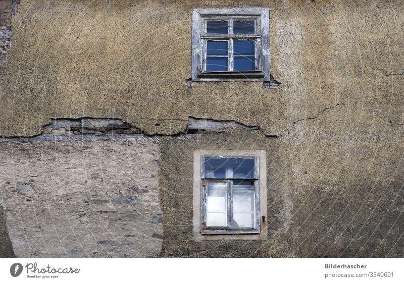 Baufällige unbewohnte Hausfassade Schrott Holzfenster kaputt Schaden Wand Fenster Architektur alt Riss verfallen verwittert baufällig Sanieren Sprossenfenster