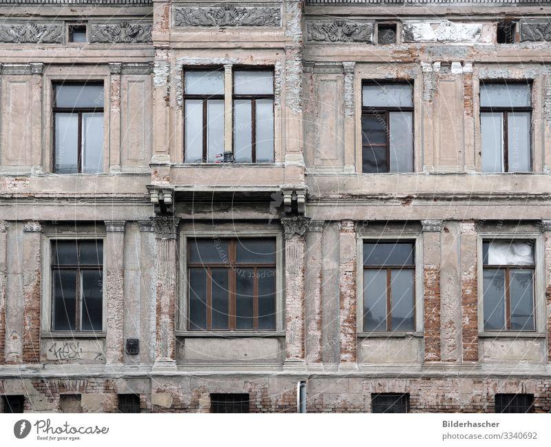 Zahn der Zeit verfallen alt Fenster Altbau Sanieren Unbewohnt baufällig Gebäude gebrochen Fassade kaputt Baustelle Schaden Sachbeschädigung ausgebrochen