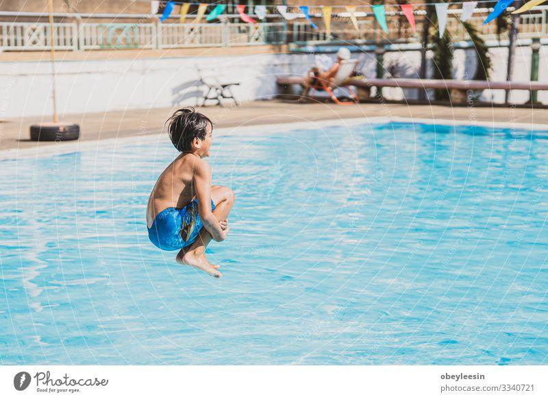 Junge Asina, der in den Swimmingpool springt Freude Glück Gesicht Erholung Schwimmbad Freizeit & Hobby Spielen Ferien & Urlaub & Reisen Sommer Sport Erfolg Kind