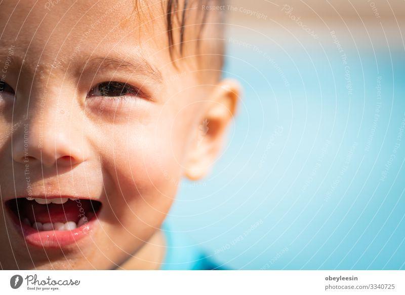 süßer junger Mischlingsjunge, der in der Sonne lächelt Freude Glück Gesicht Erholung Schwimmbad Freizeit & Hobby Spielen Ferien & Urlaub & Reisen Sommer Sport