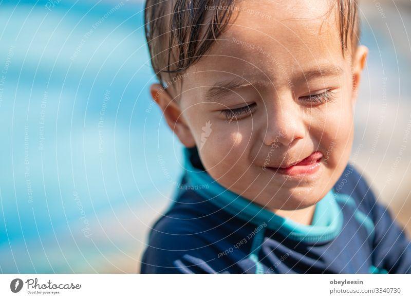 süßer junger Mischlingsjunge lächelt Freude Glück Gesicht Erholung Schwimmbad Freizeit & Hobby Spielen Ferien & Urlaub & Reisen Sommer Sport Erfolg Kind Mensch