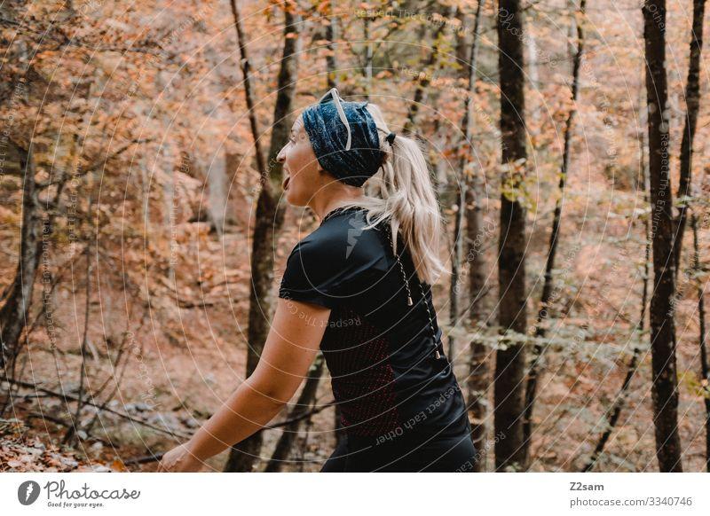 Wandern auf dem Brecherspitz | Bayern brecherspitze wandern bayern gebirge alpen wald gehen sportlich warm herbst grün braun frau Blauer Himmel Ruhe Erholung