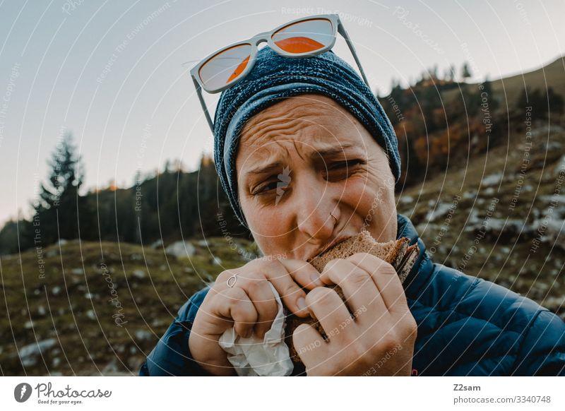 Brotzeit am Berg 2018 brecherspitze spitzing wandern Bayern essen Wurstbrot Salami Pausenbrot beißen abbeißen genuss halten Hunger draußen Sport Alpen