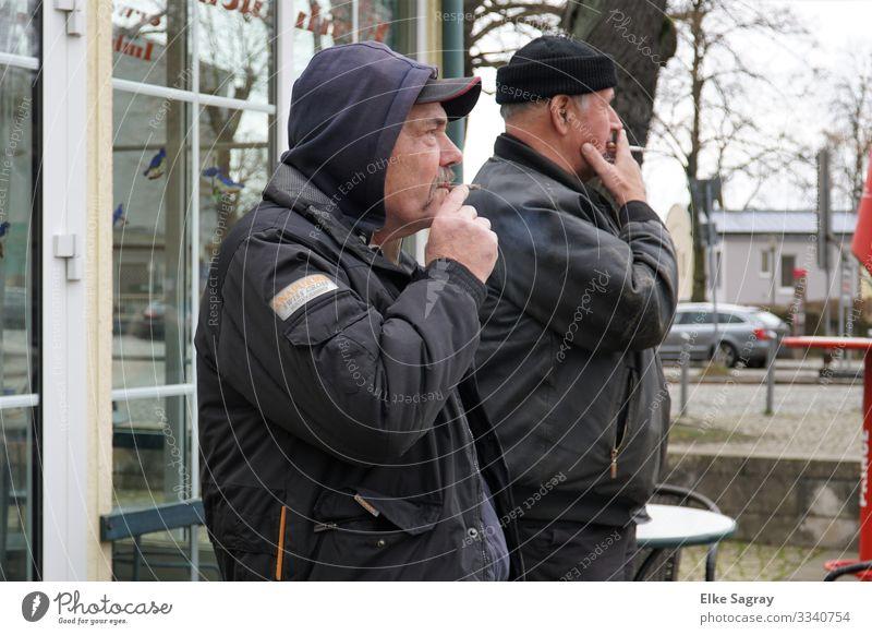 Synchron- Raucher Mensch maskulin Männlicher Senior Mann 2 60 und älter beobachten Erholung Rauchen Blick stehen authentisch Originalität blau grau