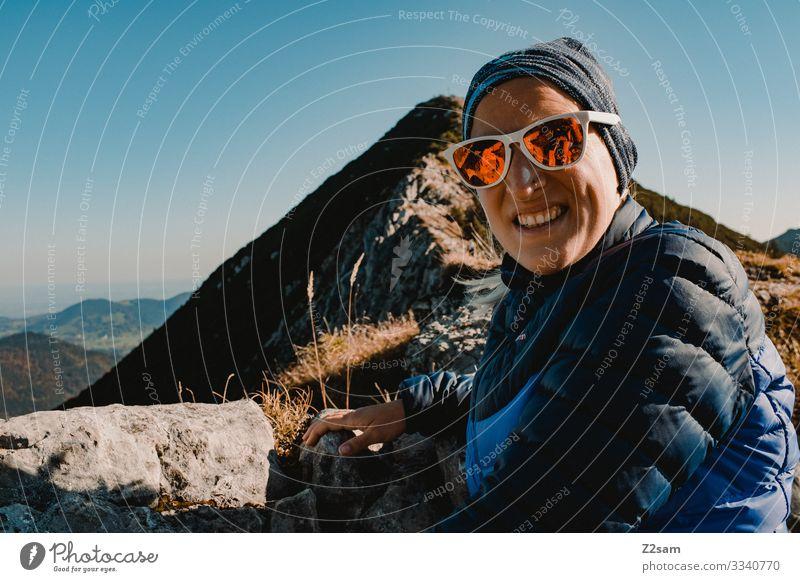 Auf dem Gipfel des Brecherspitz | Bayern brecherspitze wandern bayern gebirge alpen gipfel panorama gehen sportlich gebüsch warm herbst grün braun frau