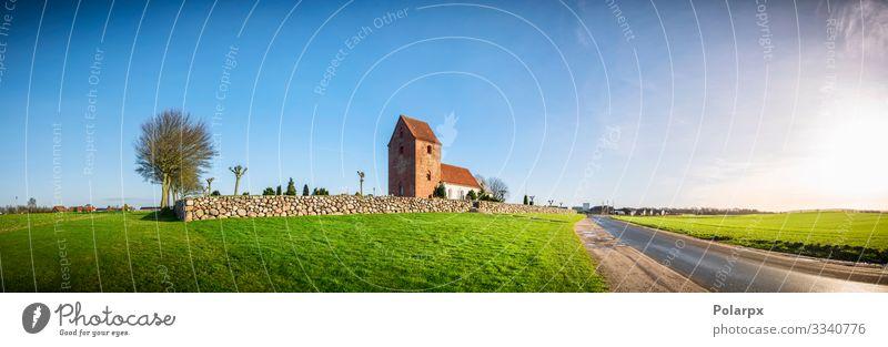 Panoramalandschaft mit einer Kirche schön Sonne Haus Umwelt Natur Landschaft Himmel Herbst Wetter Gras Park Wiese Gebäude Architektur Stein alt blau grün weiß