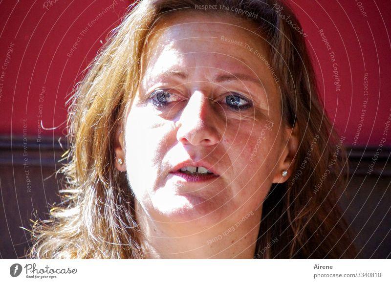 Lieblingsmodel Porträt Mensch Gesicht Frau Auge Haare & Frisuren Kopf ernst blaue augen kritischer blick Erwachsene Frau mittleren Alters Blick zur Seite