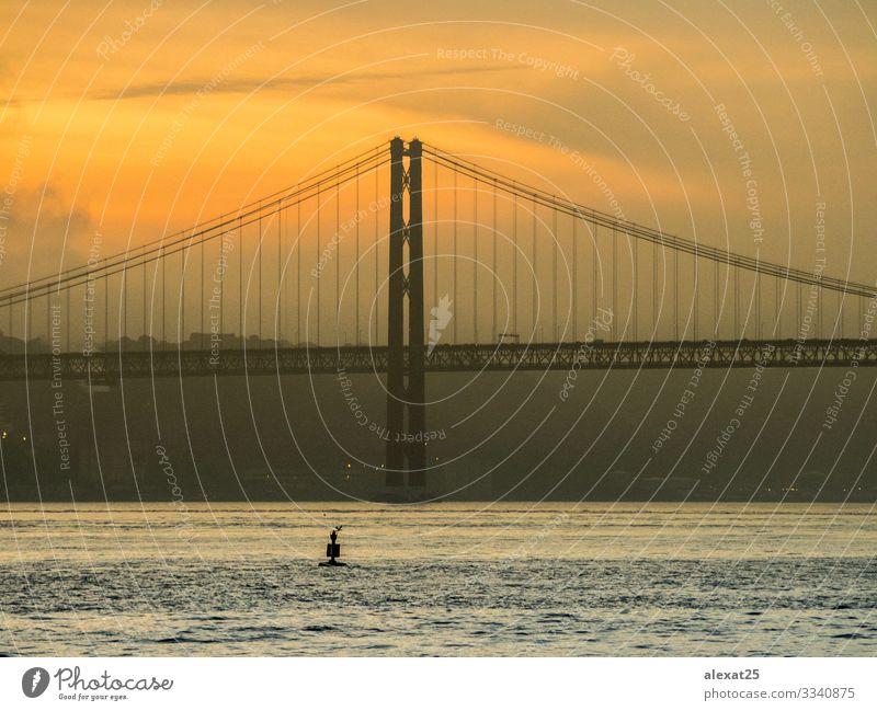 25. April Brücke in Lissabon - Portugal Ferien & Urlaub & Reisen Tourismus 18-30 Jahre Jugendliche Erwachsene Landschaft Himmel Fluss Architektur Verkehr Metall
