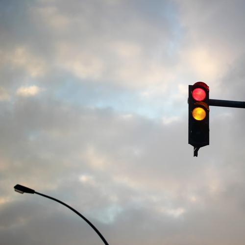 ready steady | Schnittstellen des Alltags (10) ampel rot gelb himmel lampe straßenlaterne gewitterwolken Verkehrszeichen signal botschaft information verkehr