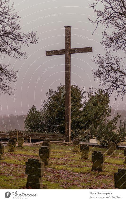 Gedenken Denkmal Traurigkeit wandern authentisch dunkel Gefühle Ehre Tapferkeit loyal friedlich Todesangst Verzweiflung Trauer Mariawald Eifel Farbfoto