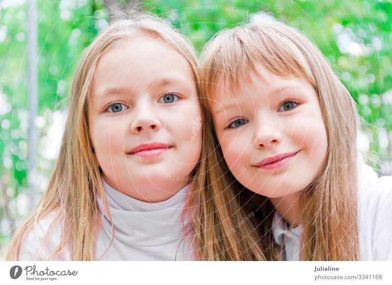Zwei süße Mädchen Kind Schulkind Frau Erwachsene Schwester Kindheit blond weiß zwei Europäer Kaukasier Vorschulkind sechs 7 acht neun Farbfoto mehrfarbig