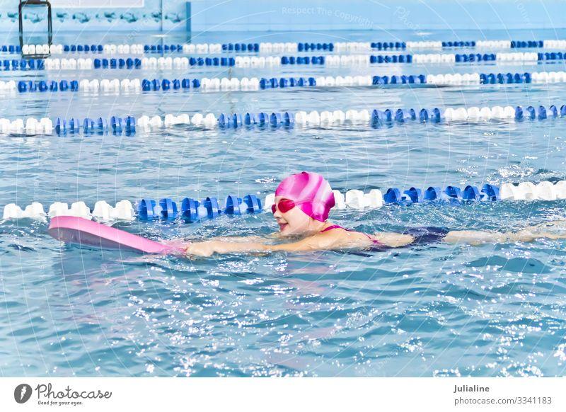 Süßes Mädchen im Schwimmbad Sport Kind Schulkind Kindheit nass weiß Vorschulkind sechs 7 Kaukasier Europäer Wasser blenden Schwimmsport Farbfoto mehrfarbig