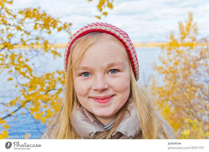 Süßes Mädchen mit rotem Hut Kind Schulkind Frau Erwachsene Kindheit Herbst blond Lächeln blau weiß Gefühle Vorschulkind eine Dame sechs 7 Kaukasier Europäer