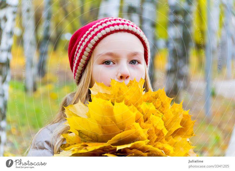 Mädchen mit Blumenstrauß aus Laken Kräuter & Gewürze Kind Schulkind Frau Erwachsene Kindheit Pflanze Herbst Blatt Hut blond niedlich rot weiß Dame Kaukasier