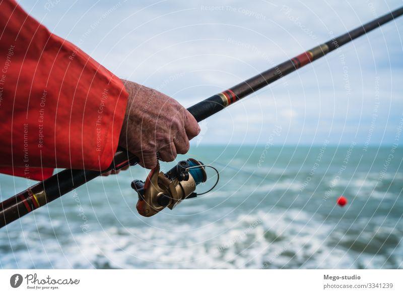 Fischer, die auf dem Meer fischen. Lifestyle Glück Erholung Freizeit & Hobby Spielen Ferien & Urlaub & Reisen Sport Ruhestand Mensch Mann Erwachsene Hand 1