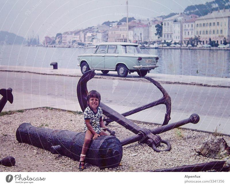 geile Karre und ne olle Knarre Mensch maskulin Junge 1 3-8 Jahre Kind Kindheit Fahrzeug PKW Oldtimer Lächeln lachen sitzen maritim Glück Fröhlichkeit Abenteuer