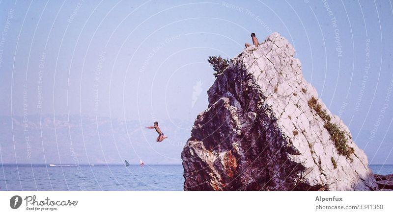 9,8 9,9 9,7 9,9 9,7 Mensch Sommer Wasser Meer Freude Umwelt Küste Junge Felsen springen Angst maskulin Kraft Erfolg Abenteuer Lebensfreude