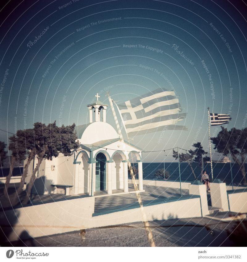 Kirche und Staat Pflanze Baum Meer Religion & Glaube Küste Insel Fahne Altstadt Dorf Christliches Kreuz Doppelbelichtung Mittelmeer analog Griechenland