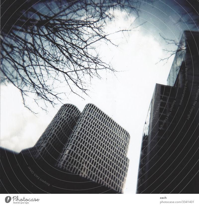 Großstadtblues Himmel Stadt überbevölkert Haus Hochhaus Gebäude Mauer Wand Fassade Fenster Häusliches Leben grau analog Dia Cross Processing Lomografie Farbfoto