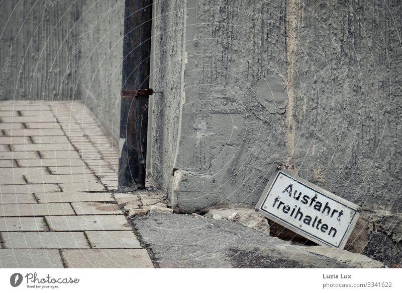 Ausfahrt freihalten Ludwigsburg Stadt Stadtzentrum Menschenleer Mauer Wand trist grau Schilder & Markierungen Regenrinne Baustelle sinnlos Farbfoto
