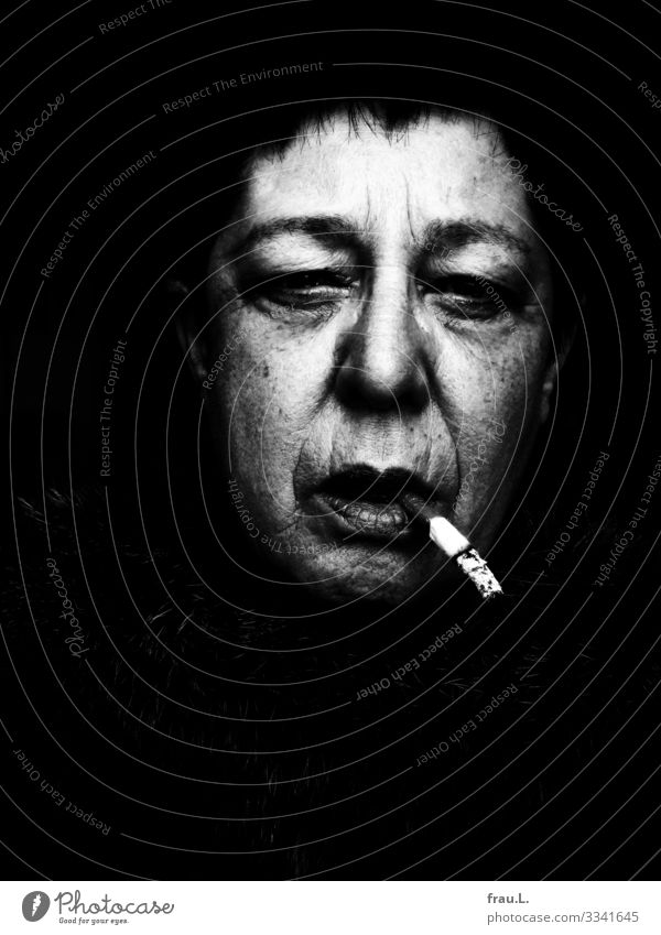 Androgyn Mensch maskulin feminin Frau Erwachsene Gesicht 1 60 und älter Senior Rauchen alt hässlich androgyn Zigarette Lippenstift Schwarzweißfoto