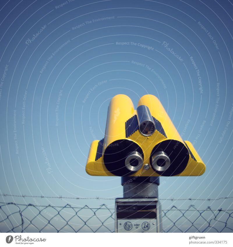 schau'n mer mal! Technik & Technologie Blick gelb Teleskop Optisches Gerät Durchblick Perspektive Zaun Maschendraht Maschendrahtzaun Himmel himmelblau