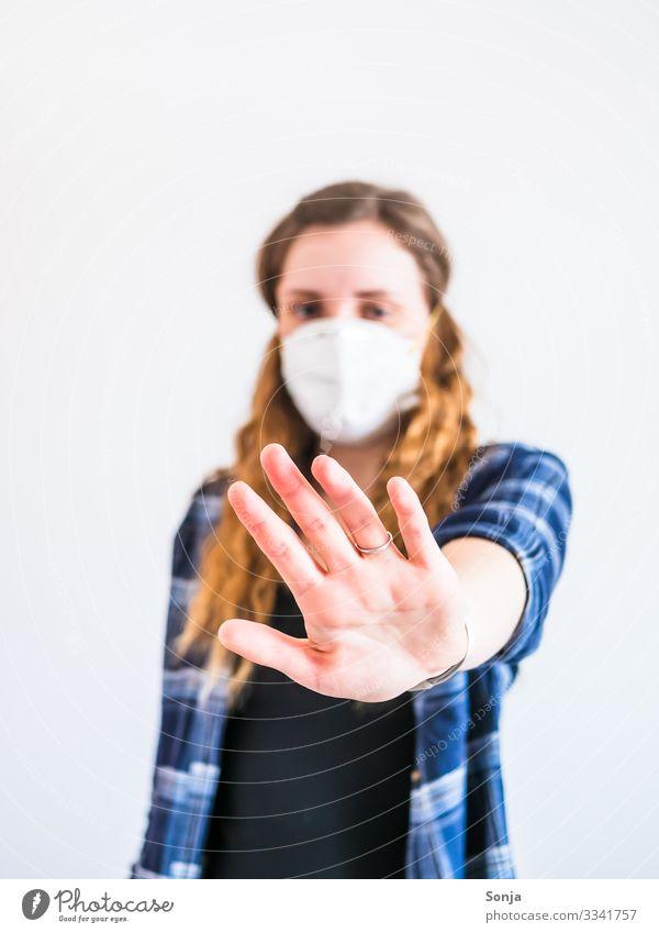 Junge Frau mit Mundschutz und Stopp Geste Lifestyle Gesundheitswesen Krankheit feminin Jugendliche Leben Hand Finger 1 Mensch 18-30 Jahre Erwachsene Bluse