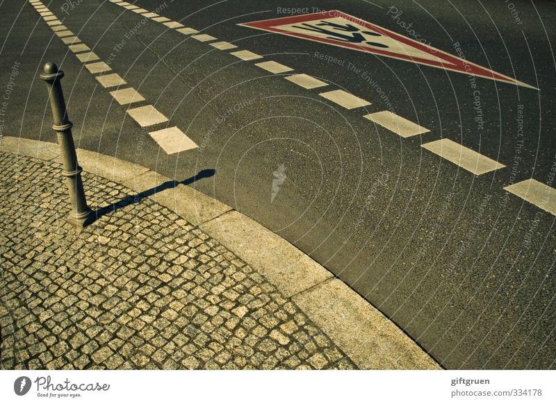 leben auf der überholspur Straße Wege & Pfade gehen Familie & Verwandtschaft Schilder & Markierungen Verkehr gefährlich Hinweisschild fahren Asphalt Bürgersteig