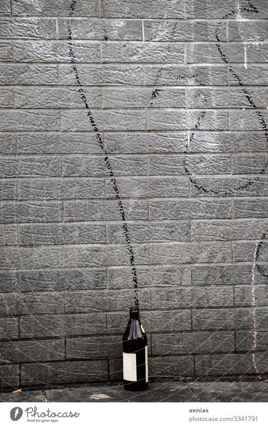Bierflasche an der Wand mit schwungvollem Bogen Flasche Getränk Alkohol Stadt Mauer Fassade Schriftzeichen Graffiti dreckig trashig braun grau schwarz