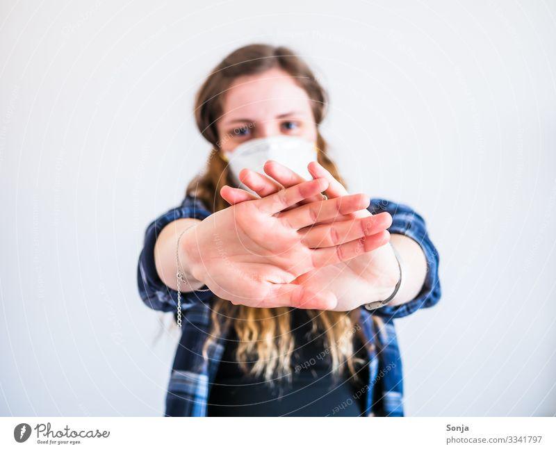 Junge Frau mit Mundschutz und Stopp Geste Gesundheitswesen Krankheit feminin Jugendliche Leben Hand Finger 1 Mensch 18-30 Jahre Erwachsene Schutzbekleidung