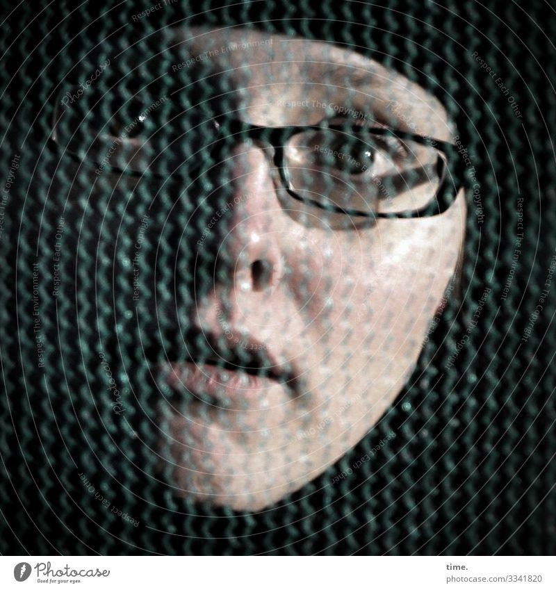 verhalten erstaunt feminin Frau Erwachsene 1 Mensch Brille Mütze beobachten Blick dunkel Neugier Interesse Überraschung Unglaube Nervosität verstört