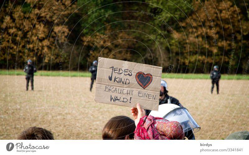 skurrile Aktion am Hambacher Forst Polizist Polizei maskulin feminin Menschenmenge Sommer Klima Klimawandel Schönes Wetter Feld Wald Waldrand Karton Zeichen