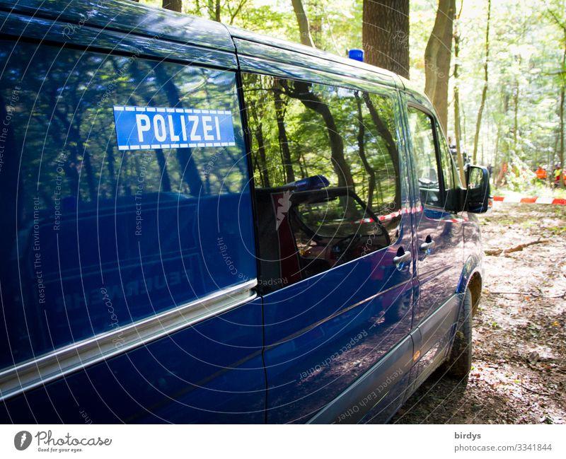 Blaue im Grünen Natur Sommer blau grün Baum Wald Arbeit & Erwerbstätigkeit Schriftzeichen authentisch Schönes Wetter Macht Barriere Gesellschaft (Soziologie)