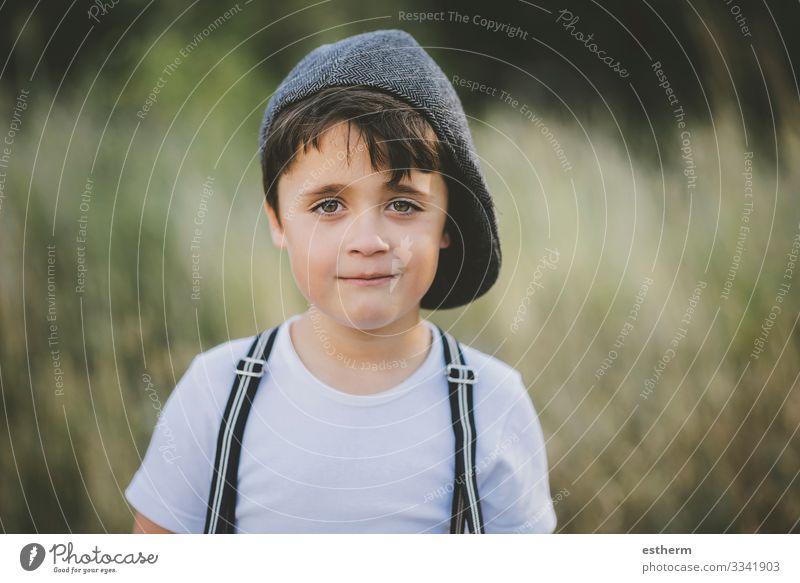 glückliches Kind, das in die Kamera lächelt Lifestyle Freude Glück Ferien & Urlaub & Reisen Sommer Mensch maskulin Junge Kindheit 1 3-8 Jahre Natur Landschaft