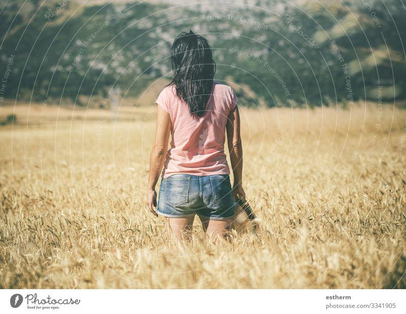 Nachdenkliche junge Frau auf dem Weizenfeld Lifestyle Erholung Freizeit & Hobby Ferien & Urlaub & Reisen Tourismus Ausflug Freiheit Sommer Berge u. Gebirge