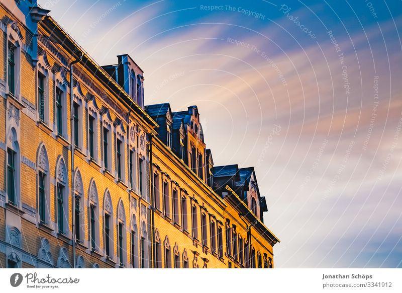 Abendsonne auf Hausfassade mit Himmel Chemnitz Deutschland Dämmerung Sachsen Fassade Fassaden Sonnenlicht Abendlicht Abendstimmung Wohnhaus Blauer Himmel
