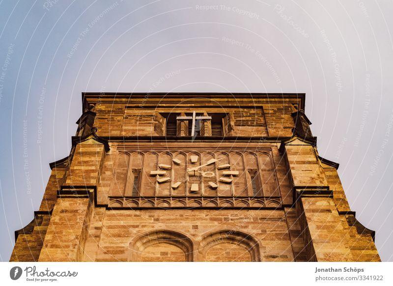Kirchturm mit Turmuhr und Kreuz Schlosskirche Chemnitz Abendsonne Deutschland Dämmerung Sachsen Uhr Zeit Christentum Kirche Glaube Gott evangelisch Himmel