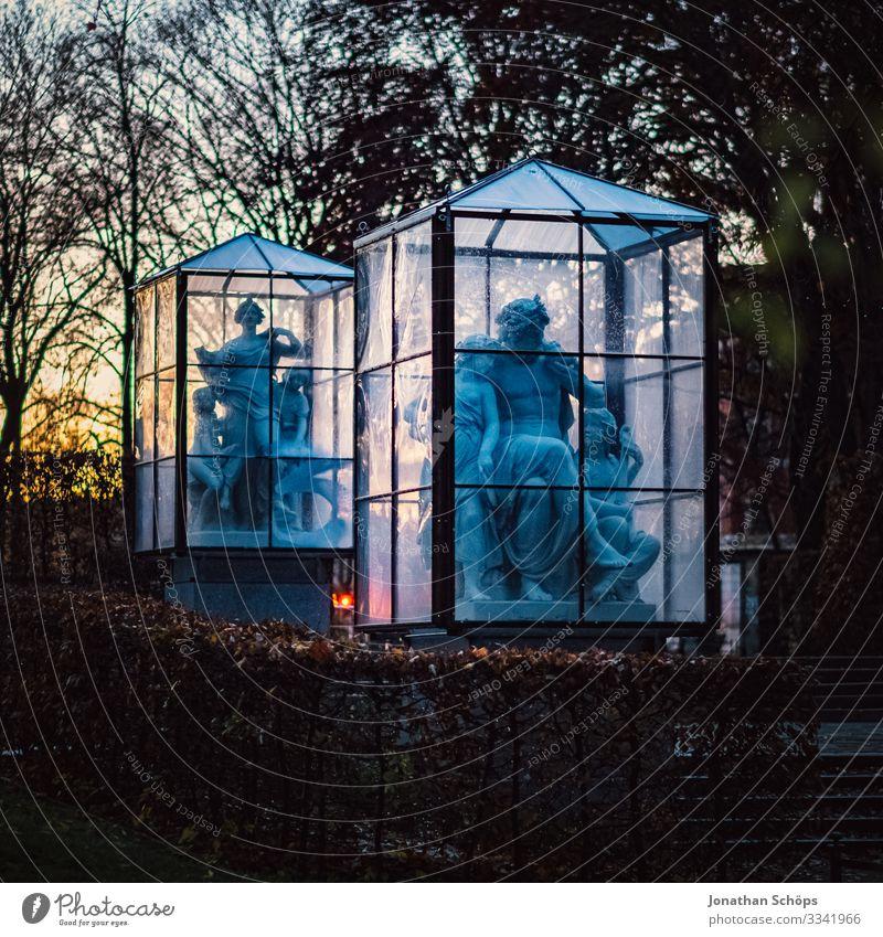 Statuen aus Stein im Glaskäfig bei Nacht Abendsonne Chemnitz Deutschland Dämmerung Sachsen stein Frau Skulptur Steinskulptur gruselig Halloween Glasscheibe