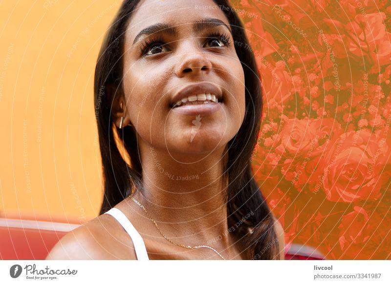 schönes mädchen zwischen roten blumen - kuba Lifestyle Glück Leben Insel Mensch feminin Junge Frau Jugendliche Erwachsene Haut Kopf Haare & Frisuren Gesicht