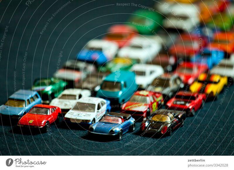 Stau PKW fahren masse Menschenmenge Nachbildung Reihe Spielzeug Spuren Verkehrsstau stehen Straße Straßenverkehr Geschwindigkeit viele Vielfältig voll überfüllt