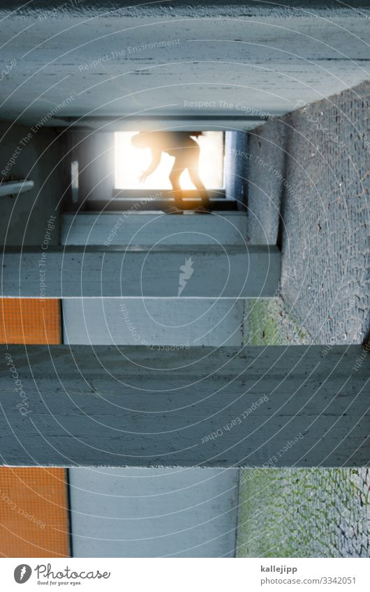 cube Mensch maskulin Mann Erwachsene Körper 1 Stadt Haus Tunnel Bauwerk Gebäude Architektur Mauer Wand grau orange Le Parkour verdreht Illusion Klettern