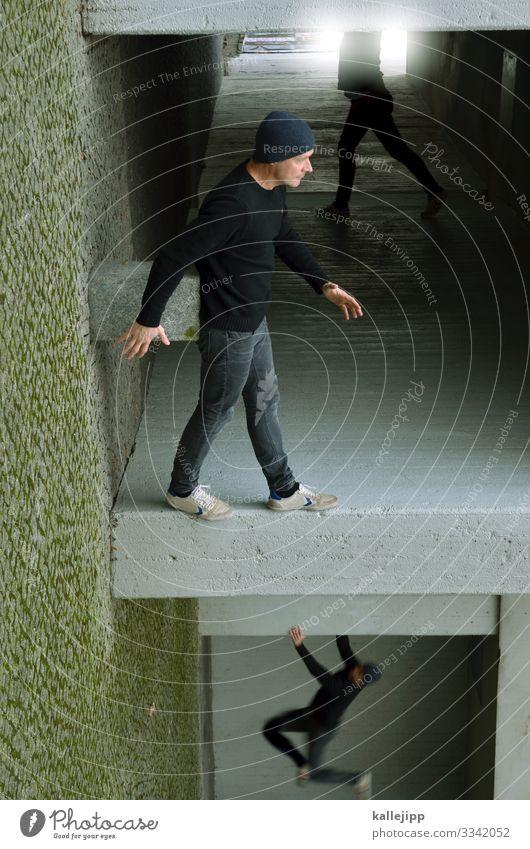 stay here Mensch Mann Stadt Haus Architektur Erwachsene Fassade grau gehen maskulin 45-60 Jahre Ecke Beton Klettern Mütze hängen