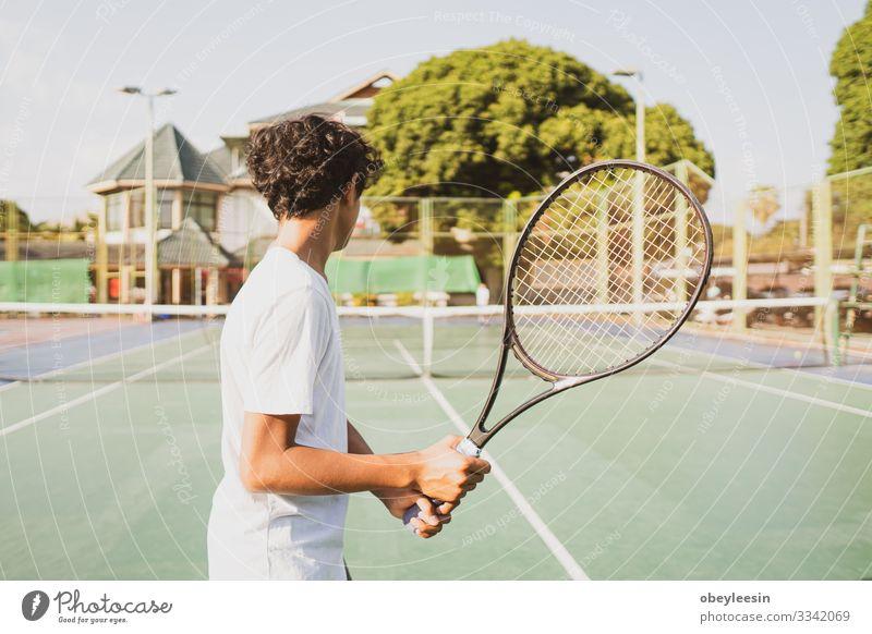 Junge, der einen Tennisschläger hält und Sport treibt Lifestyle Freude Spielen Sommer Mensch Mann Erwachsene Freundschaft Partner Fitness grün Schulklasse