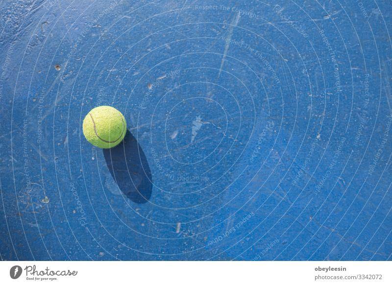 gelber Tennisball auf dem Boden des Tennisplatzes Lifestyle Freude Spielen Sommer Sport Mensch Mann Erwachsene Freundschaft Partner Fitness grün Schulklasse