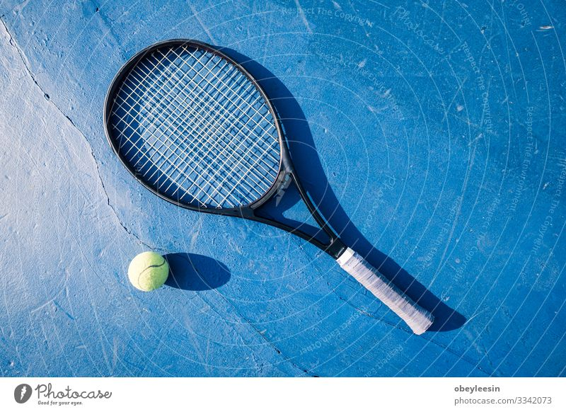 gelber Tennisball auf dem Boden des Tennisplatzes mit Schläger Lifestyle Freude Spielen Sommer Sport Mensch Mann Erwachsene Freundschaft Partner Fitness grün
