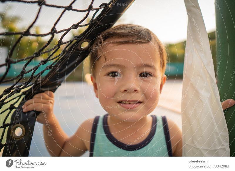 süßer junger Mischlingsjunge, der in der Sonne lächelt Freude Glück schön Gesicht Kind Mensch Kleinkind Junge Mann Erwachsene Kindheit Zähne Lächeln