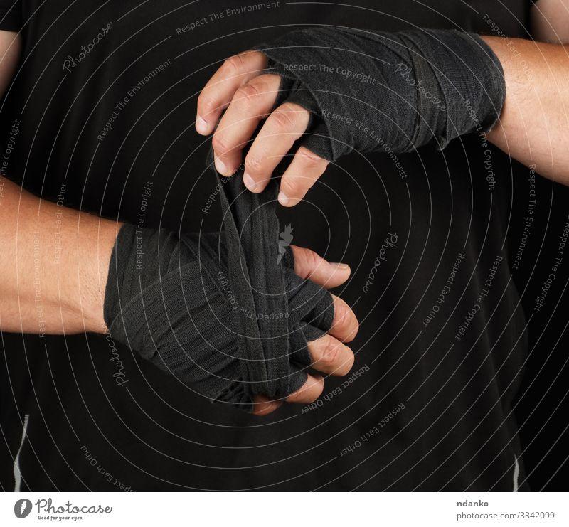 erwachsener Sportler in schwarzer Kleidung Lifestyle Stil Körper sportlich Fitness Mensch maskulin Mann Erwachsene Hand Finger stehen Aggression dunkel muskulös